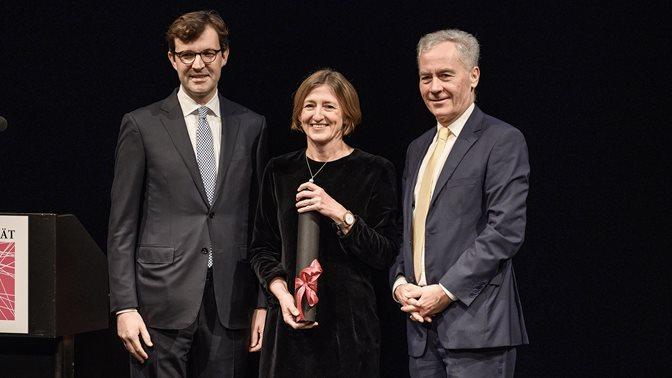 Ehrendoktorin Monika Bütler mit Christoph Schaltegger (links, Dekan der wirtschafswissenschaftlichen Fakultät der Universität Luzern) und Bruno Staffelbach (Rektor der Universität Luzern)