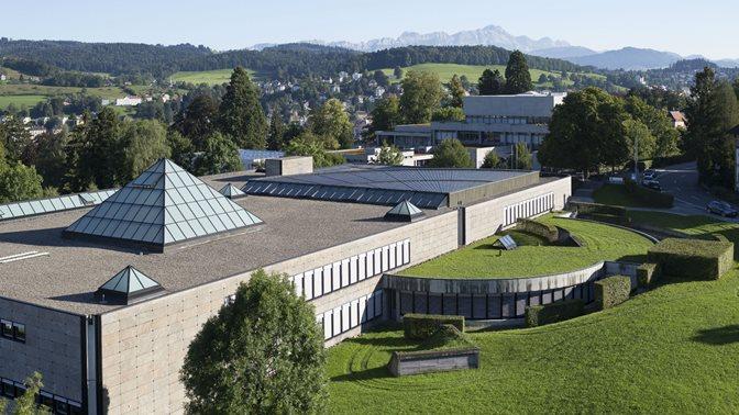 Luftaufnahme mit Fokus auf das Bibliotheksgebaeude der Universitaet St.Gallen (HSG)
